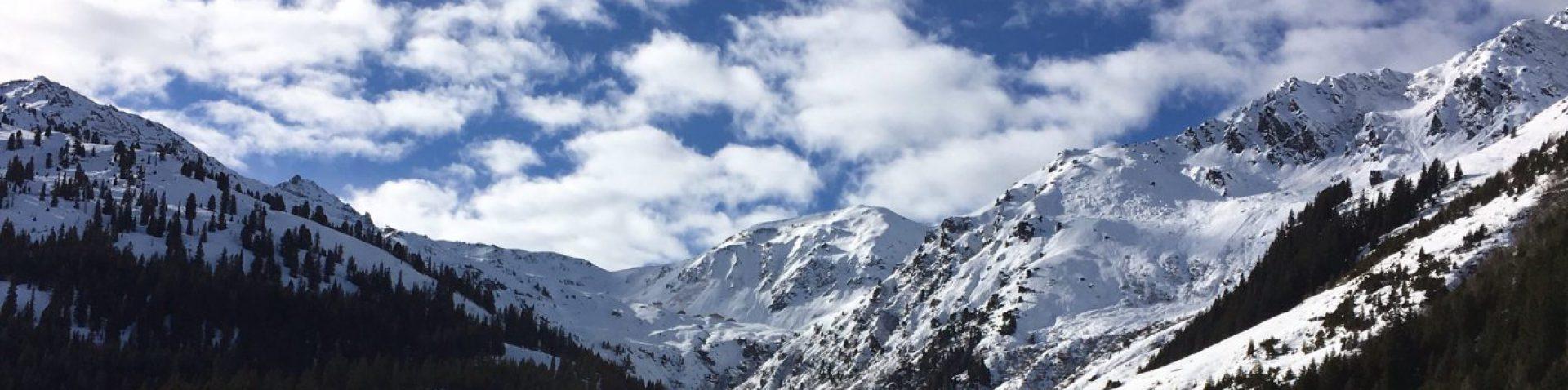 Wandern und Skifahren in den Bergen